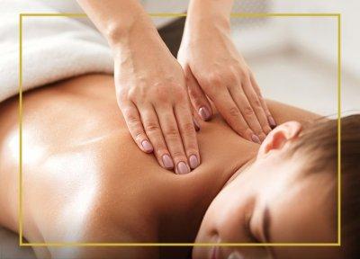 Dłonie wykonujące masaż pleców