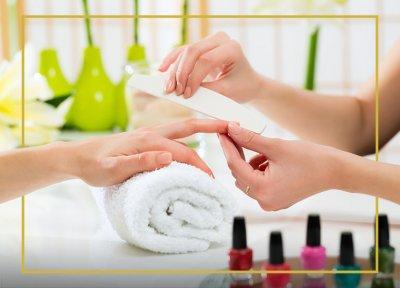 Kobieta wykonująca manicure