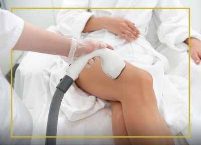 Kobieta podczas zabiegu nóg